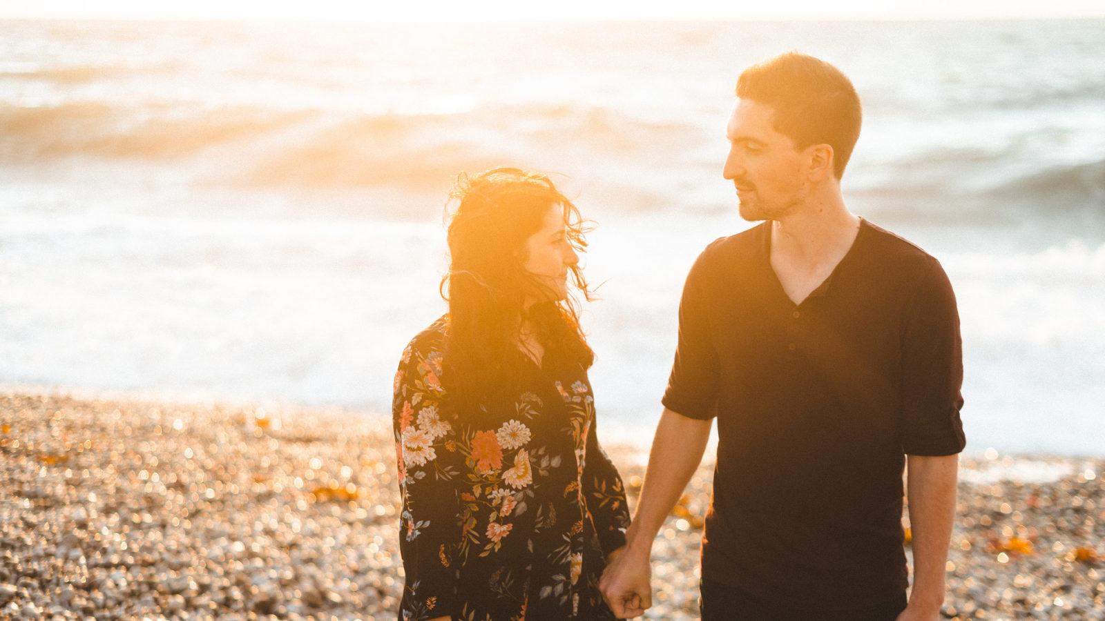 amoureux couple plage cailloux ocean mer normandie photographe famille toulouse amandine gimenez