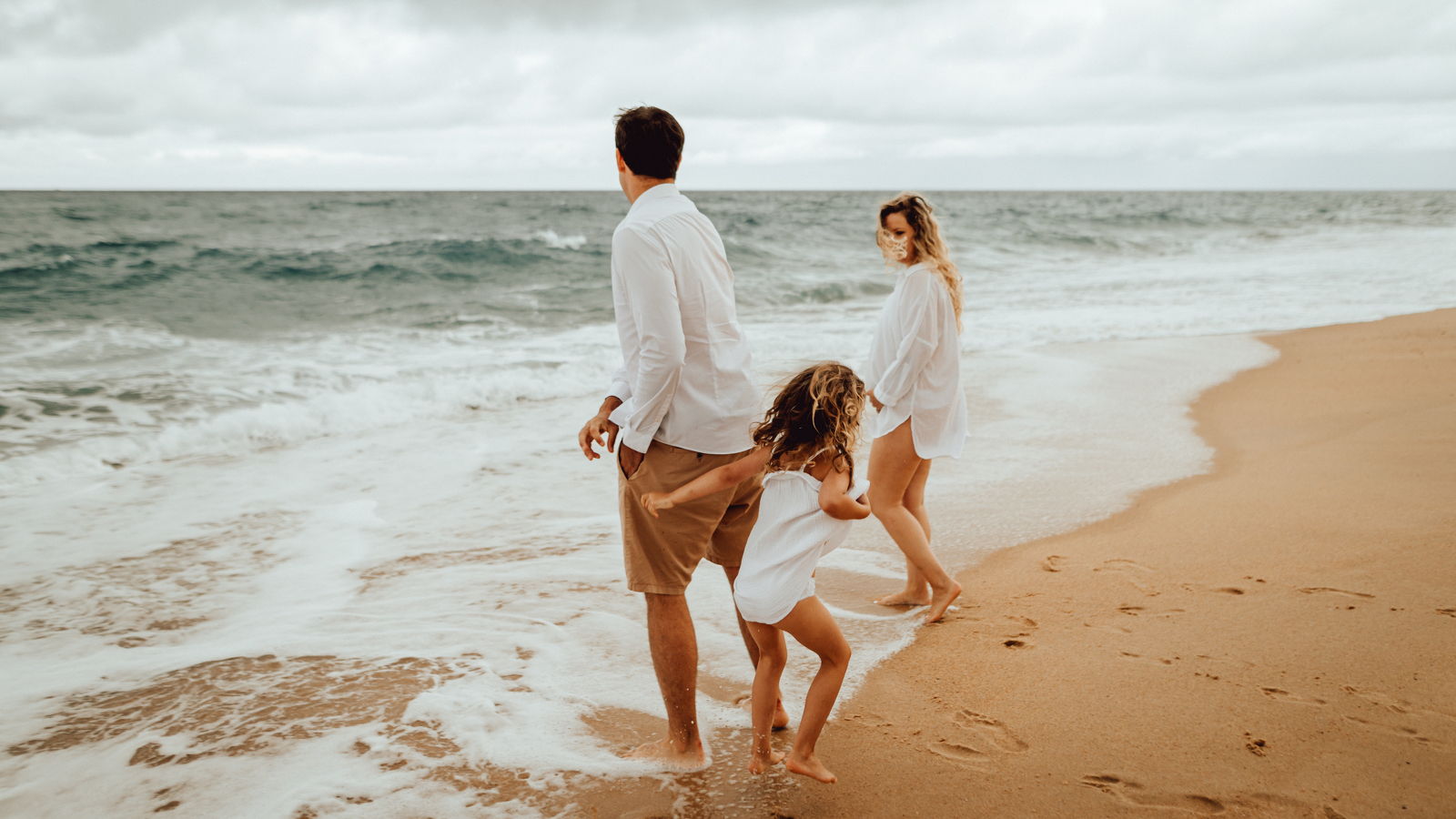 photo famille qui joue dans les vagues